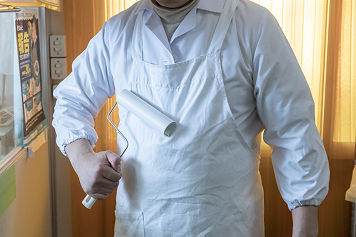 工場入室時は当社指定ユニフォームに着替え、頭から足先まで満遍なく粘着ローラーをかけることを徹底しています。