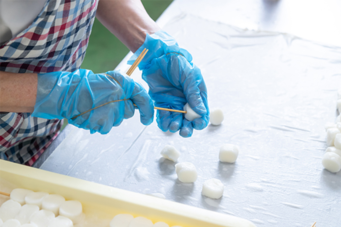 異物混入を防ぐため、全行程で色付きのビニール手袋を着用して製造を行なっています。